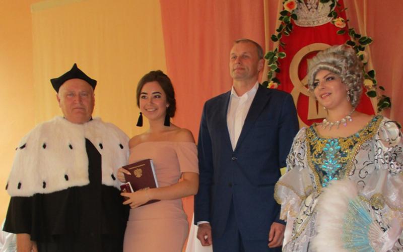 Дмитрий Сватковский вручил дипломы выпускникам княгининского университета в рамках костюмированного «Екатерининского бала»