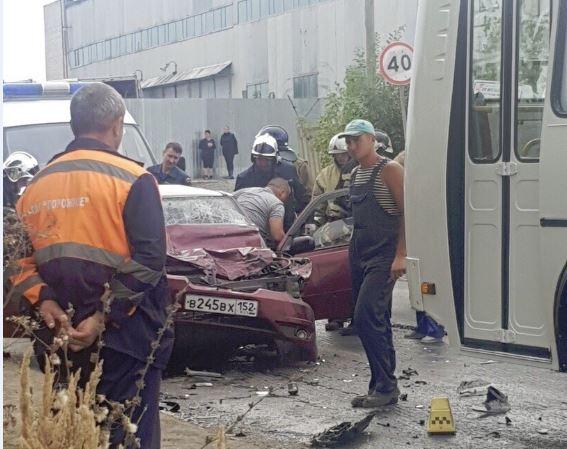 Неопытный водитель иномарки врезался в автобус под Нижним Новгородом