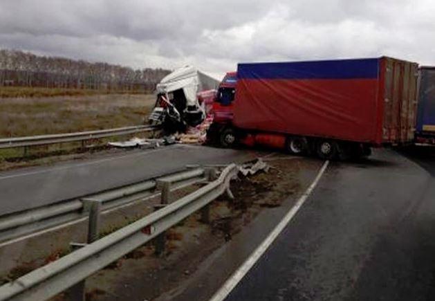 Две фуры «лоб в лоб» столкнулись под Нижним Новгородом