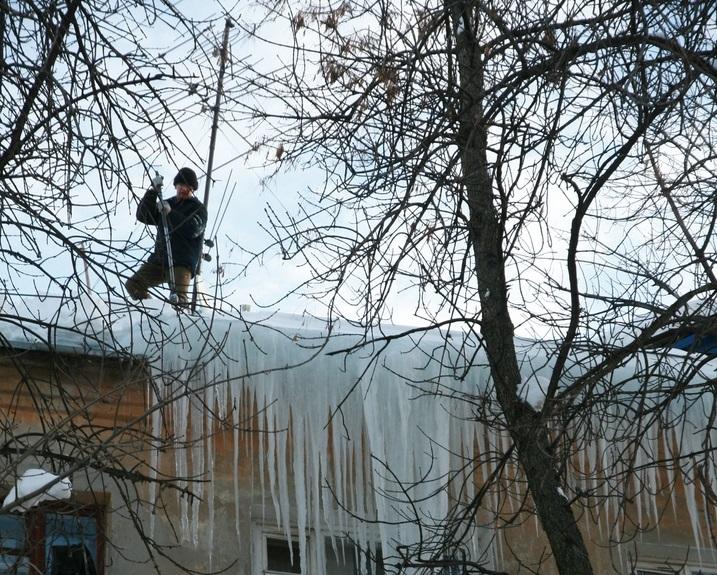 Следственный комитет возбудил уголовное дело по факту падения глыбы льда на жительницу Дзержинска