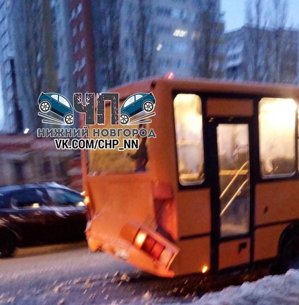 В Нижнем Новгороде столкнулись автобус и маршрутка