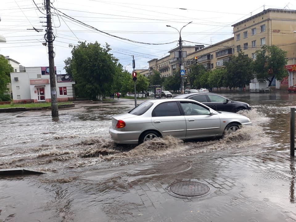 «Море по колено». Улицы Автозаводского района утонули в огромных лужах (ВИДЕО)
