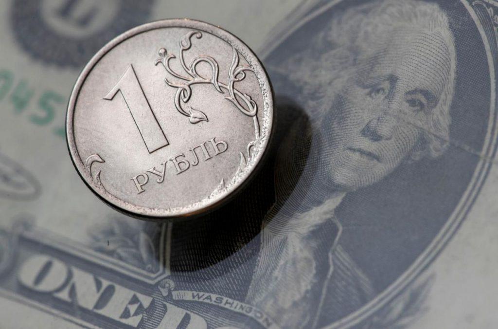 Эксперты рассказали, стоит ли по-прежнему вкладывать деньги в доллары и евро