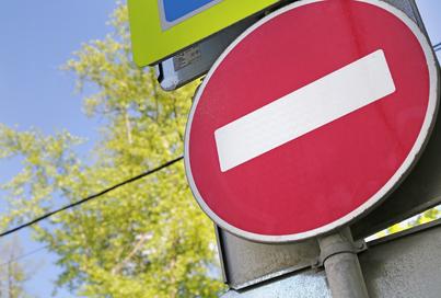 Временно прекращено движение транспорта по улице Военных Комиссаров на участке пересечения с улицей Маршала Жукова