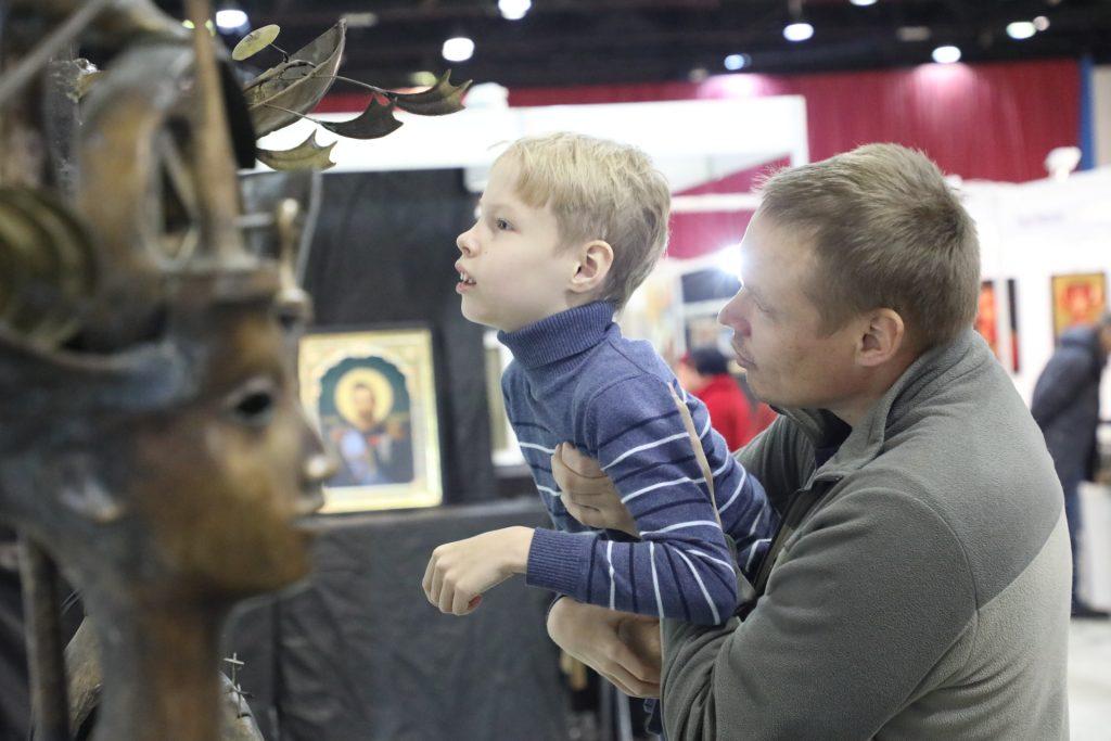Детям с особенностями развития провели экскурсию по выставке «АРТ Россия»