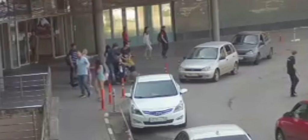 «Они угрожали убить меня»: нижегородская блогерка рассказала, как мать и братья избивали её у ТЦ «Фантастика»