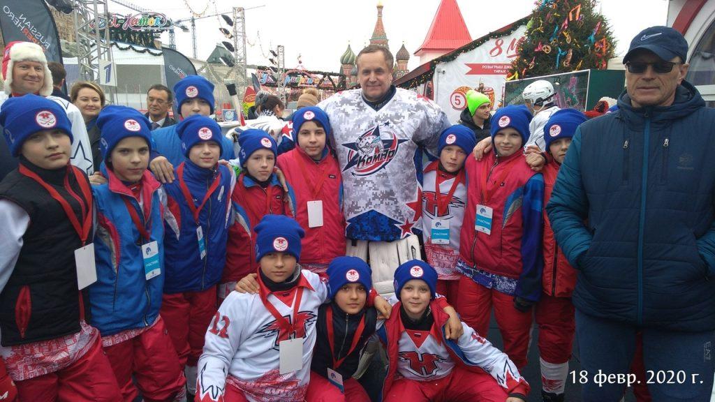 Дети и звёздные артисты сыграли в русский хоккей на Красной площади