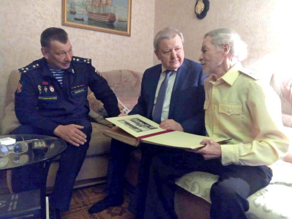 Дмитрий Краснов вручил награду нижегородскому ветерану подразделений особого риска